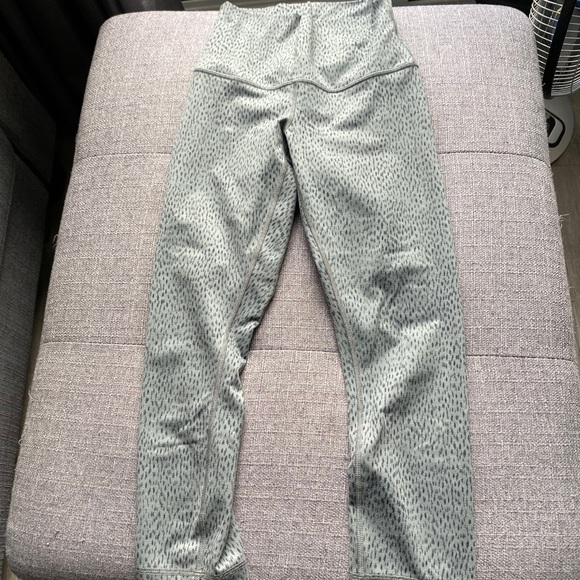 Wander under cropped pants